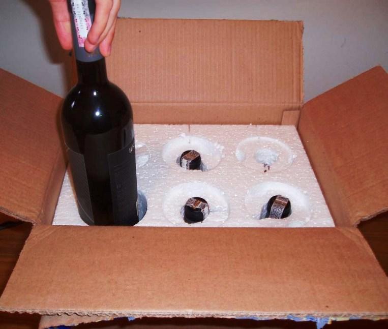 Caixa com interior de isopor específica para despachar garrafas